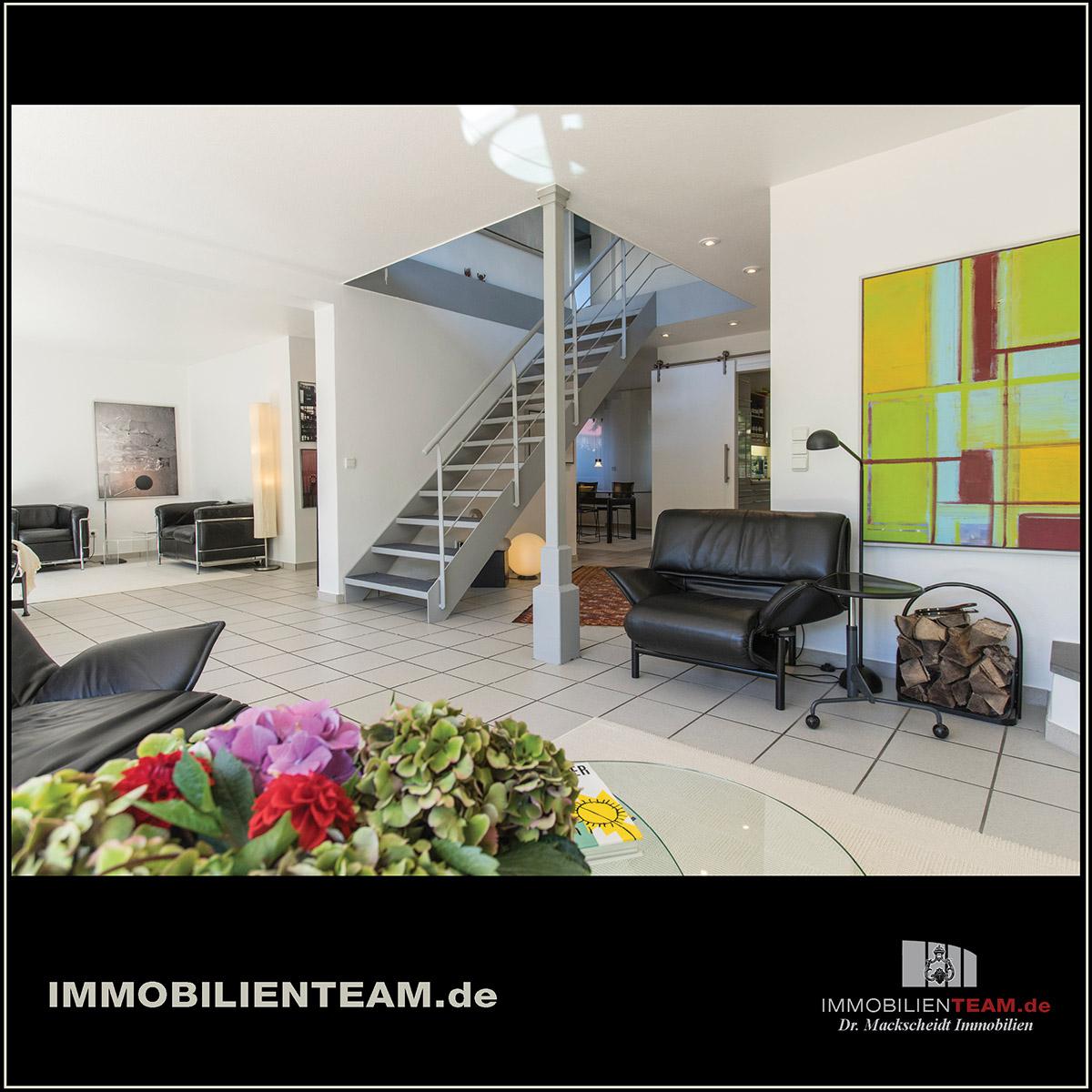 modernisiertes einfamilienhaus mit dachstudio und park hnlichem garten. Black Bedroom Furniture Sets. Home Design Ideas